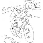 ילד שמח רוכב על אופניים