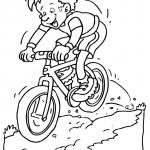 ילד רוכב על אופניים בטבע