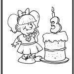 ילדה ועוגת יום הולדת ענקית