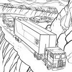 משאית נוסעת בכבישי הרים גבוהים