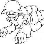 דף צביעה חייל זוחל עם אקדח