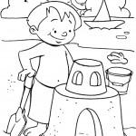 ילד בונה ארמונות בחול