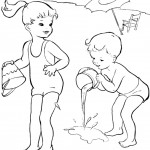 ילדים משחקים בחוף הים