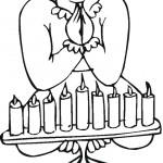 אישה מברכת על נרות חנוכה
